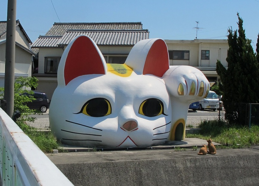 愛知県常滑市の日本最大の招き猫とこにゃん
