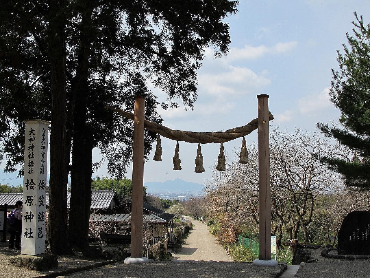 檜原神社桧原神社ひばらじんじゃの注連柱から見える二上山