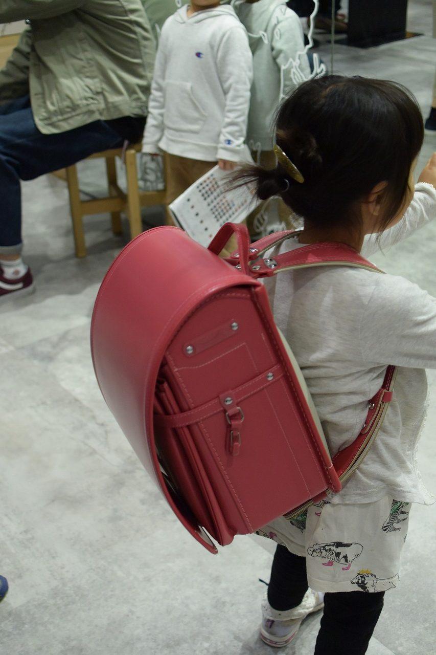 池田屋ランドセルを背負う女の子ピンク