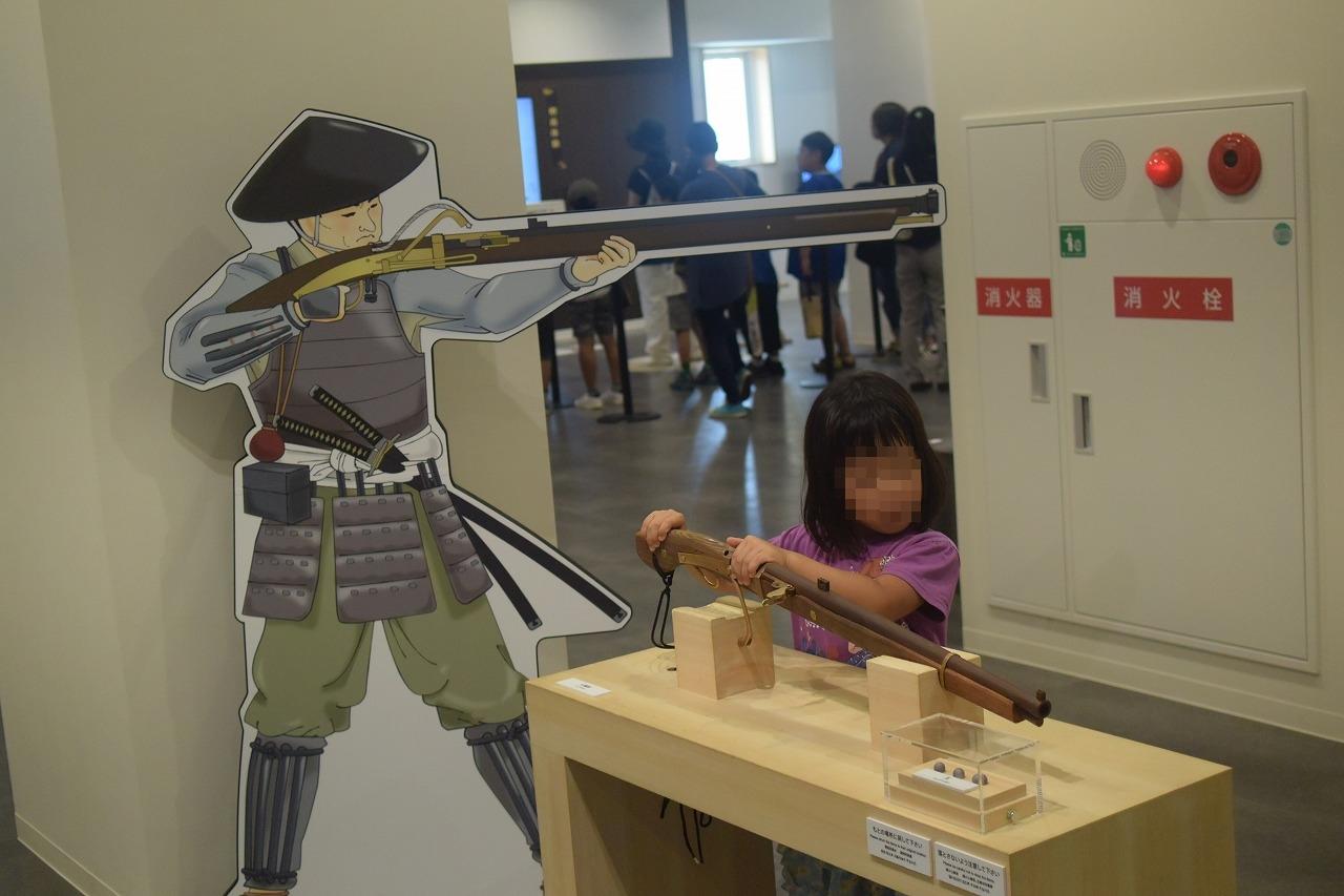 尼崎城2階鉄砲の重さ体験