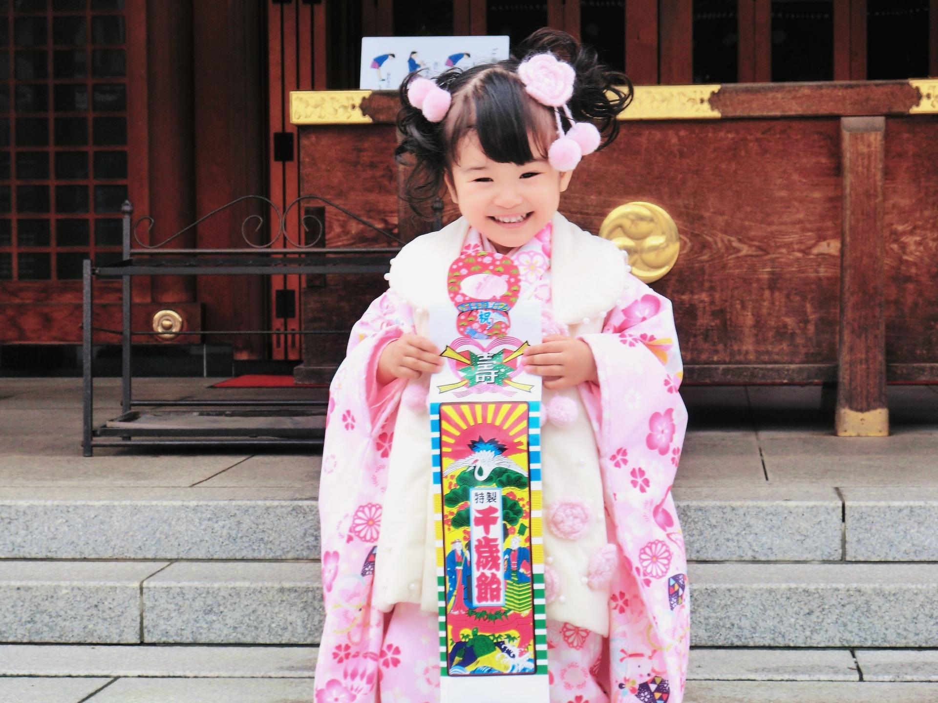 七五三で被布を着た三歳の女の子