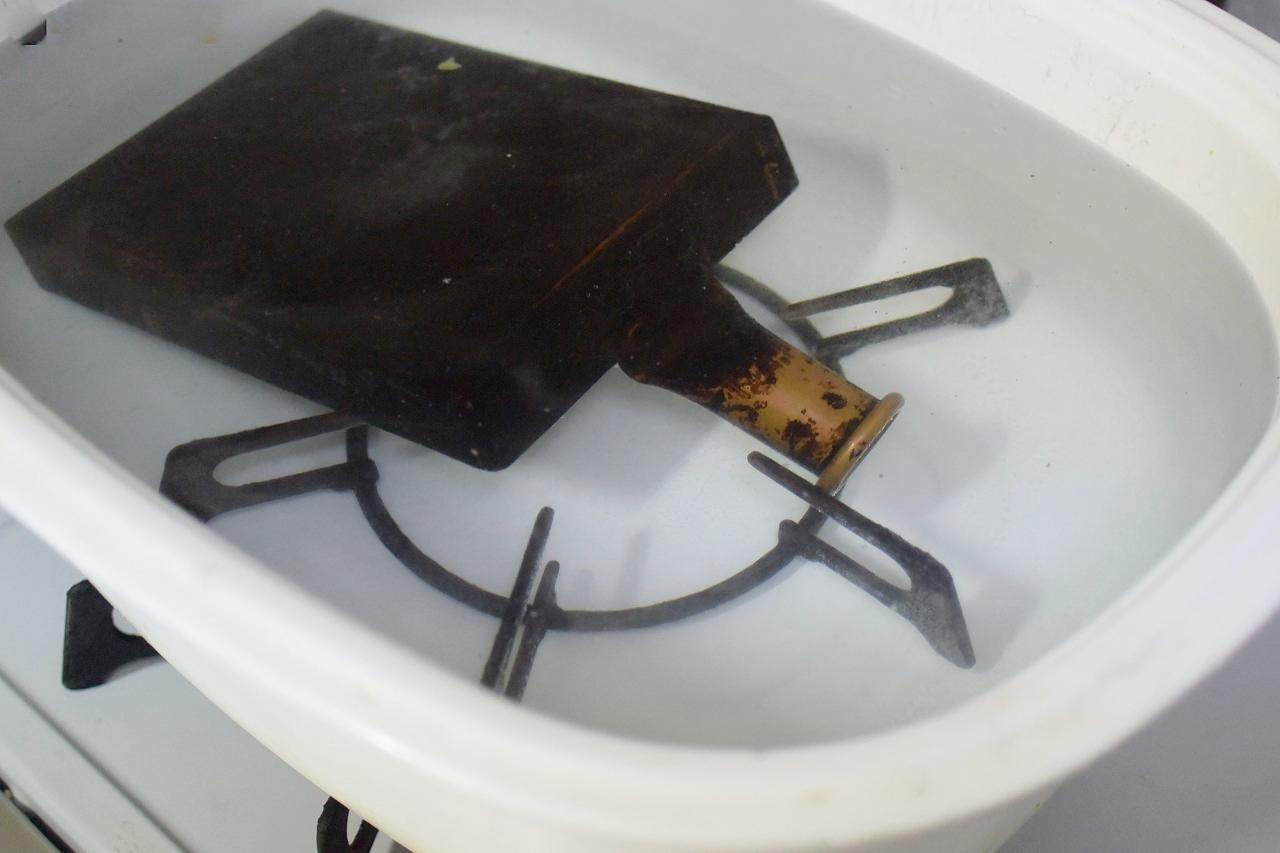 真っ黒に焦げた「銅の卵焼き器」をピカピカに磨くために煮る