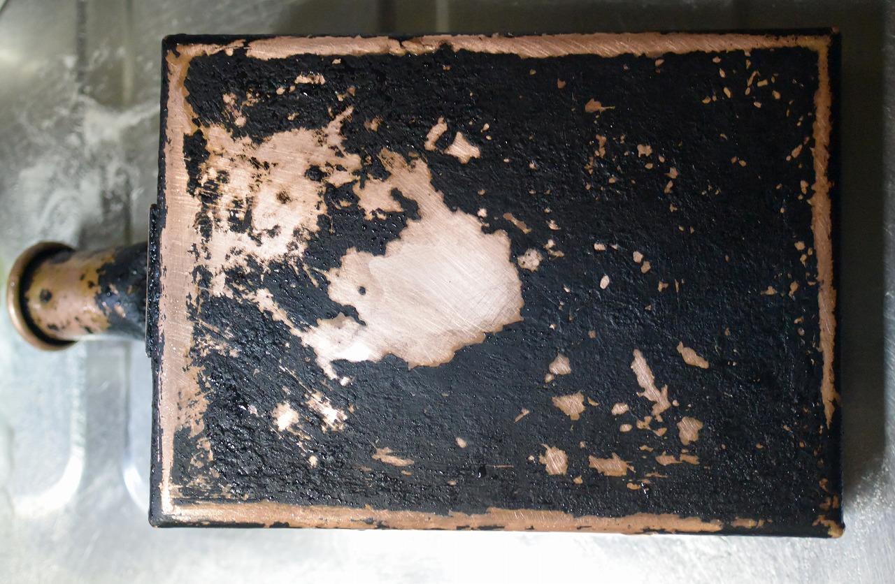 真っ黒に焦げた「銅の卵焼き器」をピカピカに磨く途中経過