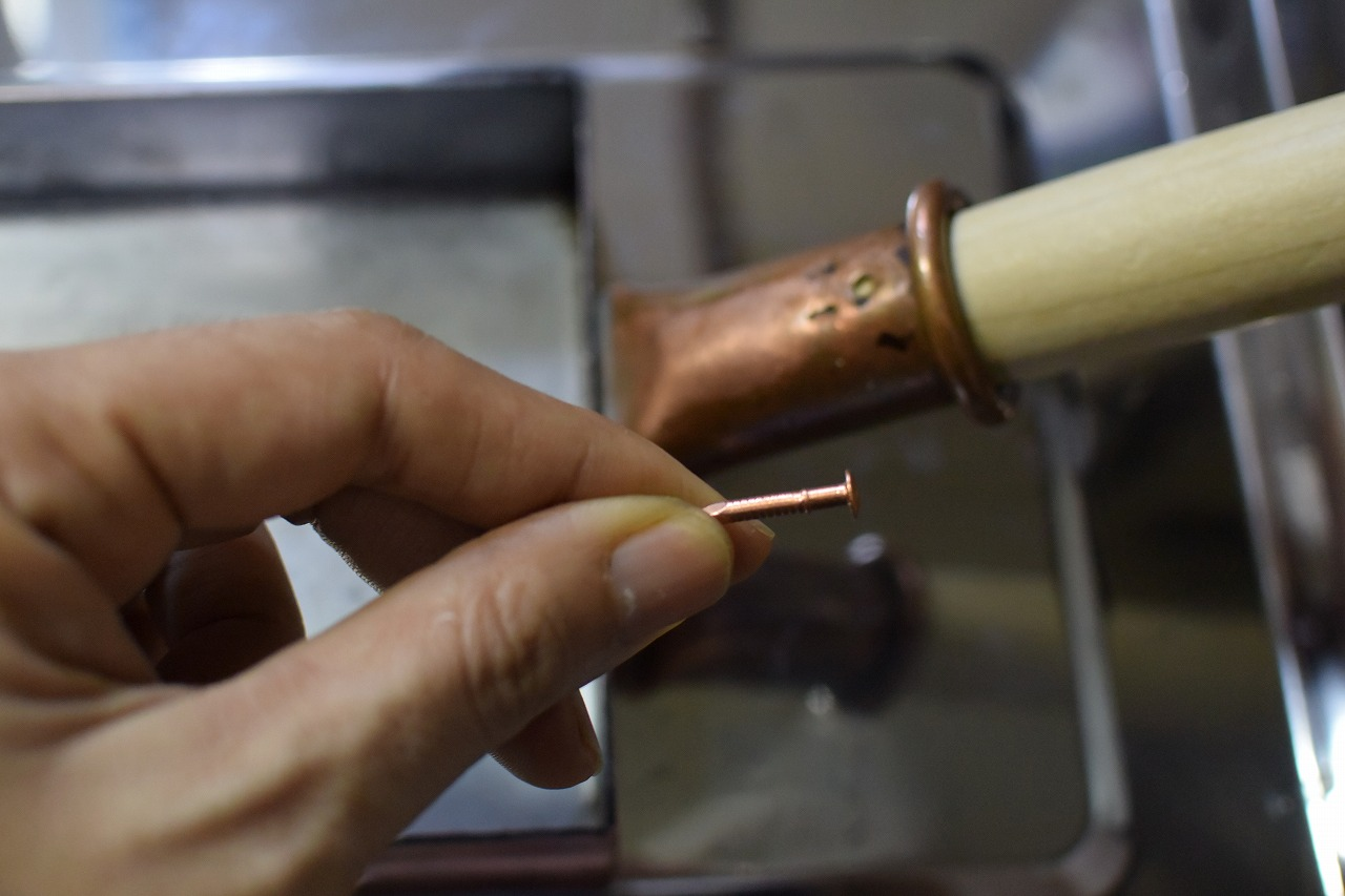 銅の卵焼き器の「中村銅器製作所」さんから送られてきた「持ち手」を付ける